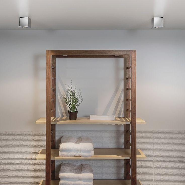 Kos Square LED fra Astro Lighting er en delikat kvadratisk spot til bruk utendørs eller på baderommet. Den er enkel, men dekorativ, og kommer i fire valg; hvit, sølv, sort og polert krom. Gir deg godt lys og er et energibesparende valg.
