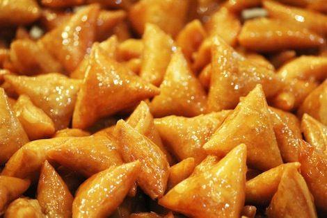 Soucieux de vous offrir le meilleur et un goût authentique, nos gâteaux Marocains sont élaborés de façon artisanale, avec des ingrédients de qualité supérieure & dans le respect de la Tradition. 1OO% Amandes  100% Miel Pur 100% Beurre Pur - Pâtisserie Amandine Marrakech