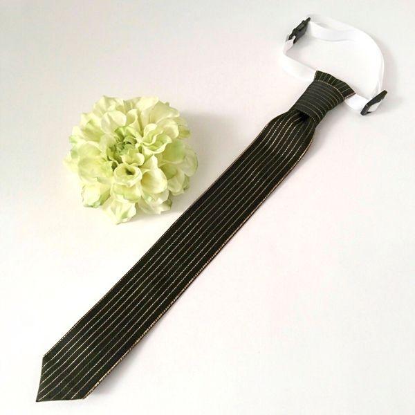 ネクタイbykikiribbon首回りの長さが22cmから35cmまで調整できるネクタイです。入園、入学はもちろん、七五三や誕生日パーティー、発表会、結婚式等大事なイベントでお使い頂けます。●カラー:ブラック●サイズ:ネクタイ部分幅3.8cm長さ32.5cm首回り22cmから35cm●素材:ポリエステル、プラスチック●注意事項:丁寧にお作りしていますが、ハンドメイドの為グルーのはみ出し等ご理解下さい。また、水漏れや強い衝撃は破損の原因になりますのでご注意下さい。●作家名:3R#ネクタイ #蝶ネクタイ #キッズ #ジュニア #子供用 #男の子 #おしゃれ #ファッションアクセサリー #ワンタッチ #入学式 #卒業式 #結婚式#フォーマル #七五三 #スーツスタイル #発表会 #子供服 #結ぶ手間なし #ファッション小物 #セレモニースタイル #服飾雑貨 #サイズ調節可能 #手作り #ハンドメイド----------------------------------------------【定形外郵便の料金改定】2017/6/1日本郵便の料金改定により定形外郵便は全...