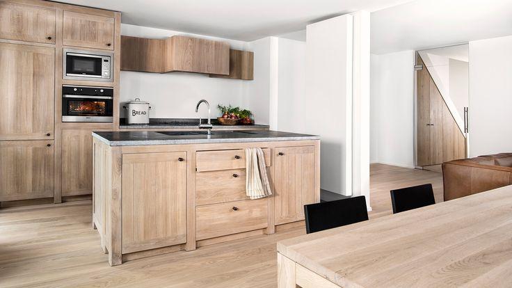 Custom solid oak kitchen - Oak finish cooker hood - Massieve eiken keuken - Belgisch blauwe hardsteen keukenblad - #WoonTheater
