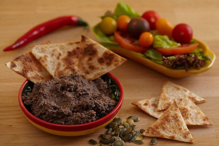 Deze zwarte bonendip is heerlijk bij Mexicaanse maaltijden of om nacho's in te dippen. Voor een lekkere lunch besmeer je wraps met de spread en top je deze af met knapperige sla en verse tomaatjes.