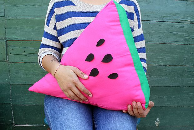 FRANKIE EXCLUSIVE DIY: WATERMELON SLICE CUSHION Friday, 04 October 2013 15:00 by kitiya palaskas