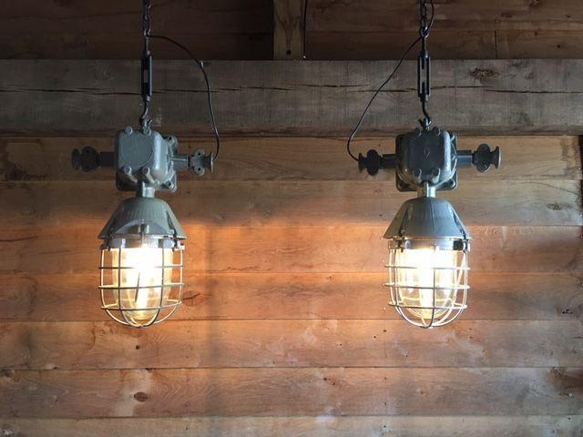 2x grote stoere industriële lampen  Deze fabriekslampen zijn ware blikvangers in uw interieur trendy en gewild (VT-wonen). Ze komen uit een oude meel fabriek (Oost Europa) en worden steeds schaarser.Ze geven die vervlogen tijd weer van het industriële tijdperk jaren '60-'70.Zo degelijk worden lampen tegenwoordig niet meer gemaakt.Door de gangbare afmeting kunt u ze mooi ophangen boven de eettafel in de keuken of boven de werkplek.De aluminium lampen (2 stuks) met dik glas en een veiligheid…