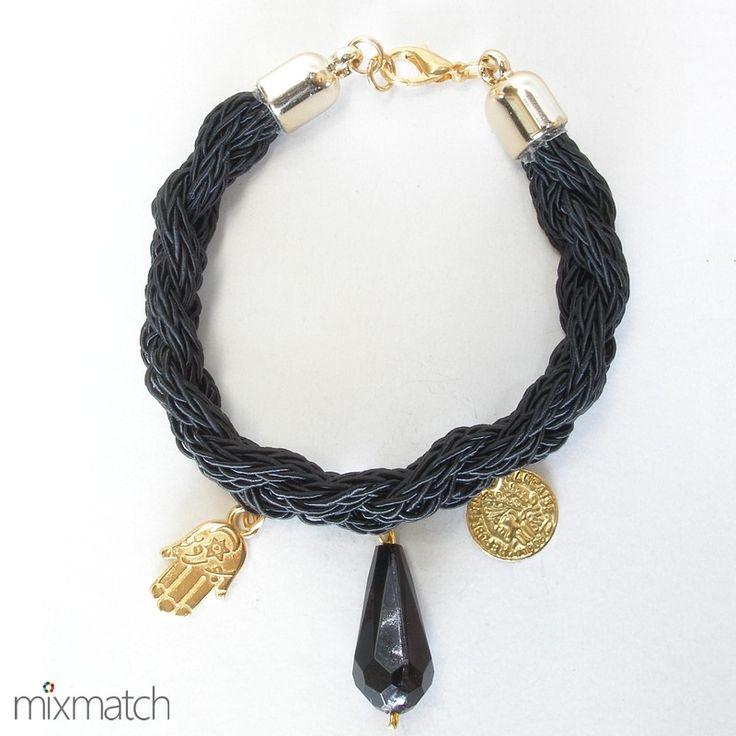 Βραχιόλι από μαύρο πλεχτό συνθετικό κορδόνι σε πλεξούδα με μοτίφ σε χρυσό χρώμα και ακρυλικό δάκρυ.