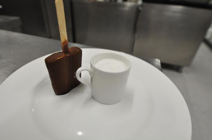 """Tirami-su """"Toscanello"""" Ispirato alla storia del celebre gelato in stecco, Toscanello che fù inventato dal gelatiere Narciso Lorenzini, originario toscano. Egli lo chiamò così in onore al Sigaro Toscano Classico. Quando vendette la ricetta alla """"Motta"""" il gelato divenne famoso con il nome di """"Mottarello"""". Questa nostra versione è realizzata con gli stessi ingredienti della ricetta originale del Tiramisù."""