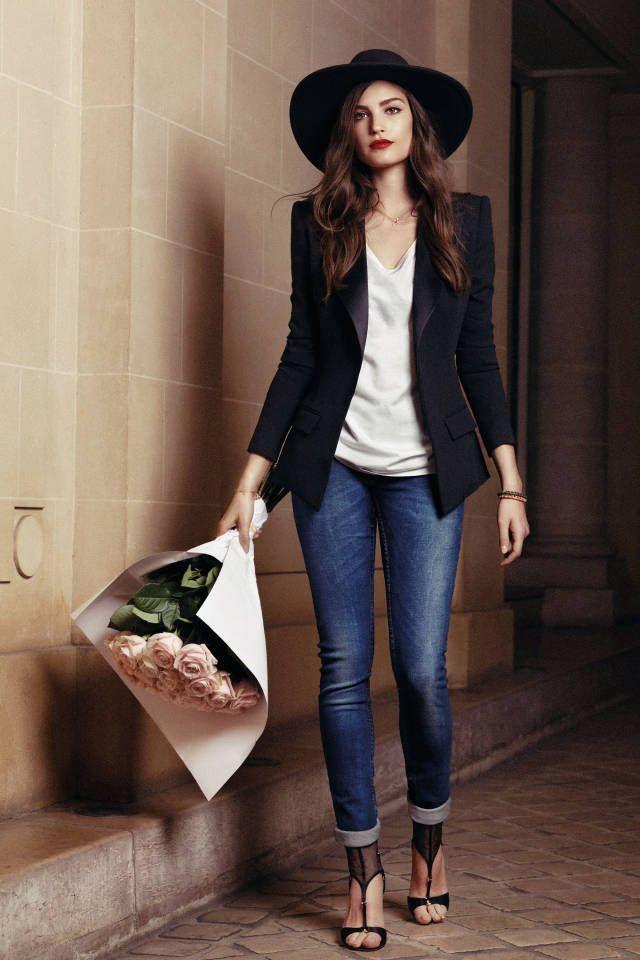 Den Look kaufen:  https://lookastic.de/damenmode/wie-kombinieren/sakko-traegershirt-enge-jeans-sandaletten-hut-armband-halskette/7601  — Schwarzer Wollhut  — Schwarzes Sakko  — Weißes Seide Trägershirt  — Goldenes Armband  — Blaue Enge Jeans  — Schwarze Sandaletten aus Netzstoff  — Goldene Halskette