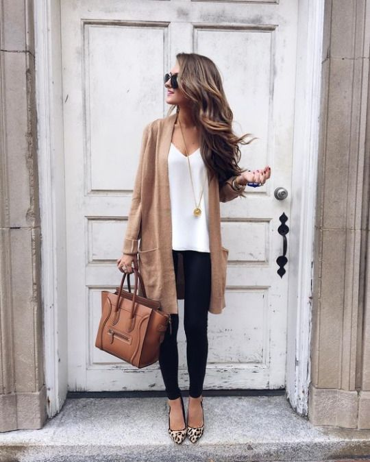 Caitlin is wearing black skinny jeans with a white cami and oversized boyfriend cardigan, finishing the look with leopard print pumps and a leather handbag. Cardigan: Julie Vos, Bag: Celine.