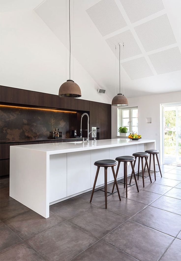Wonderful kitchen! The natural stone wall over the kitchen table has a nice structure and is beautiful for the kitchen wall in smoked oak. The loft lamps are old street lamps from the streets of Copenhagen.