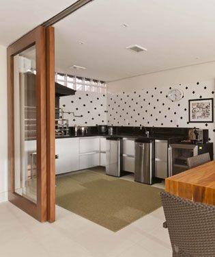 """Orientações gerais para decoração e organização de espaços pequenos com charme e praticidade. <br>O uso de portas de correr, mesa com tampo de vidro e sofá-cama são alguns exemplos. Veja mais<br><a href=""""http://bbel.com.br/decoracao/post/bbel-viu-e-gostou/espacos-pequenos-tem-solucao"""">soluções para espaços pequenos</a>!"""