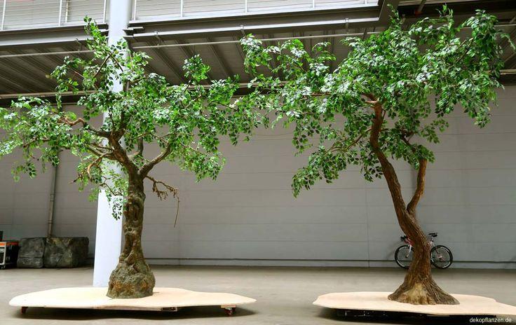 Zwei große Kunstbäume mit verschiedenen Stämmen (ca. 3,50 m - 4,00 m hoch)