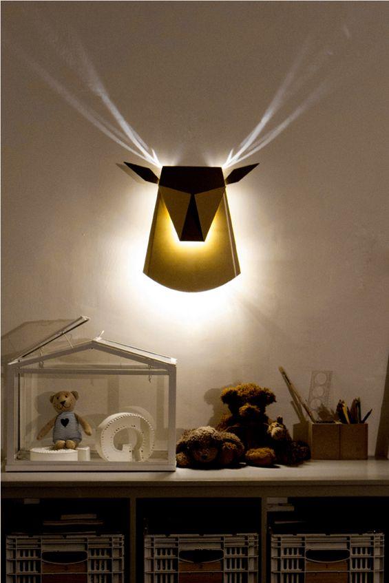 lampe tete de cerf, cornes realisées avec l'effect de l'ombre et de la lumiére.