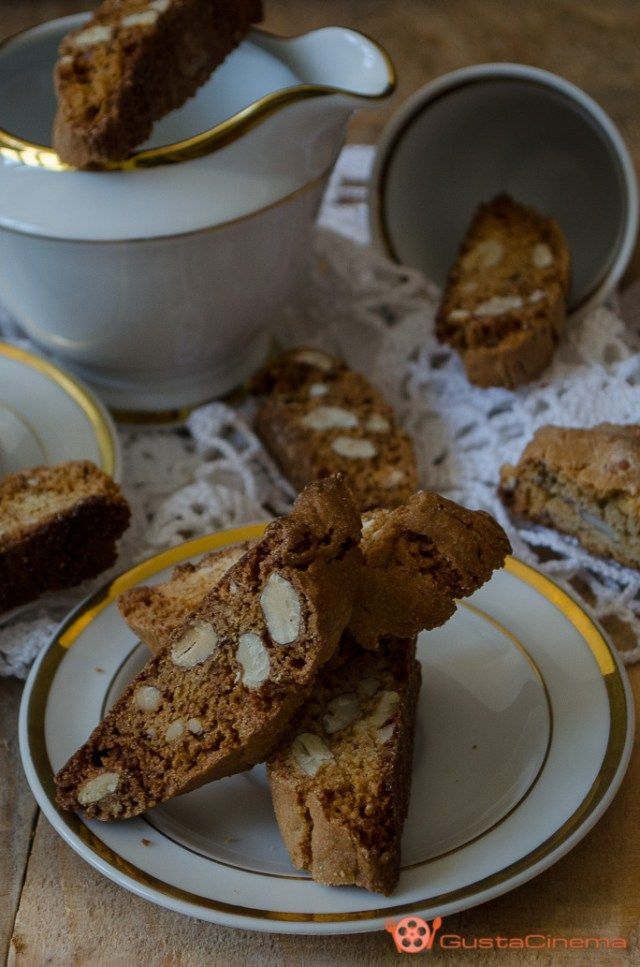 Cantucci alle mandorle, miele e zucchero di canna sono dei gustosi biscotti tipici toscani. Ottimi da gustare con un bicchierino di vin santo.