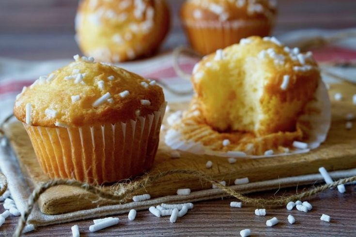 Se state cercando dei dolcetti soffici e facilissimi da realizzare, i Muffin alloYogurt fanno esattamente al caso vostro! Per prepararli useremo solamente una ciotola ed un cucchiaio da cucina, zero utensili elettrici. Possiamo personalizzare i Muffin allo Yogurt in mille modi diversi: aggiungendo ingredienti come gocce di cioccolato, frutta secca o fresca in pezzi, oppure [...]