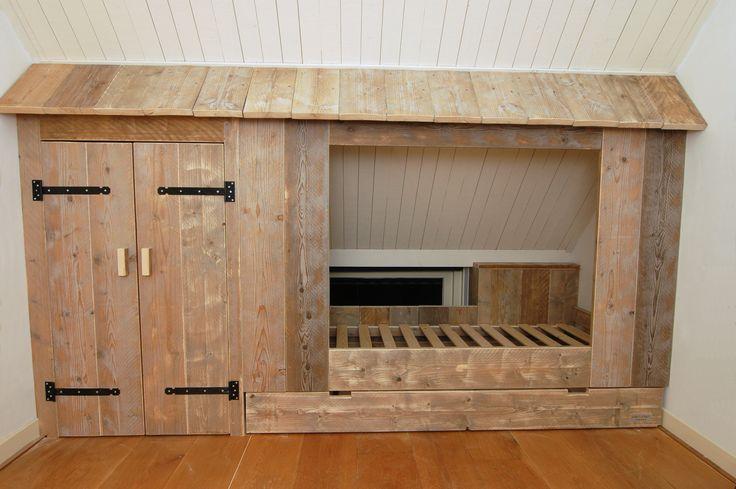 Inbouwbedstee zonder deuren van gebruikt steigerhout