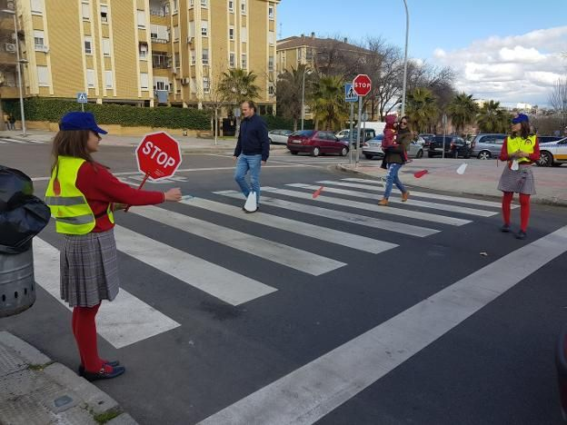 Alumnos de 1º de la ESO de la cooperativa Atenea invitan a conductores y peatones a cumplir las normas de tráfico