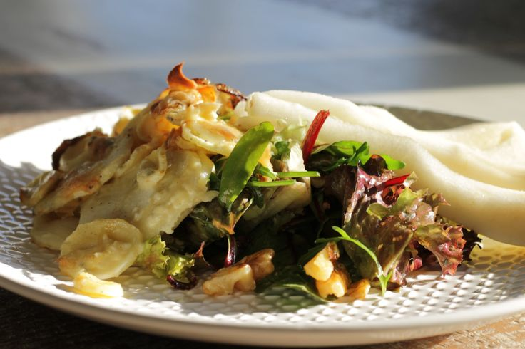 Pastinaak-Bleu d'Auvergne gratin, met gebakken uien, salade, peer en walnoten