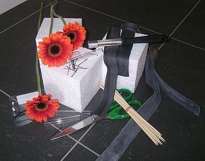 Creatief bloemschikken met binnenband van fiets een bloemstuk maken als mooi en goedkoop bloemstuk - creatief bloemschikken