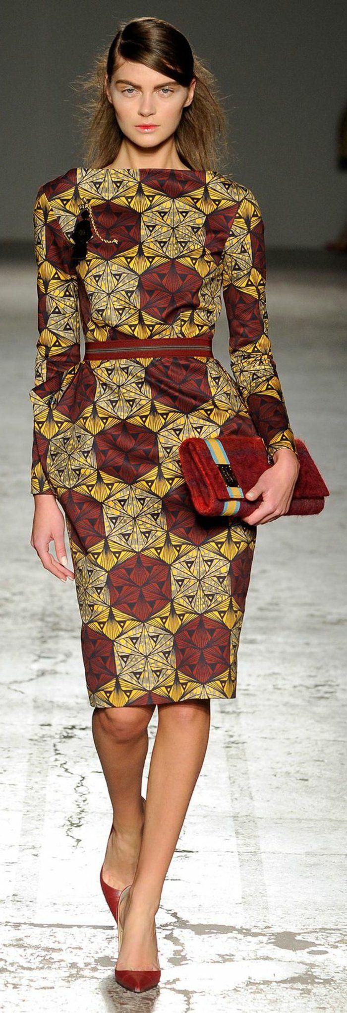 modele robe pagne, robe au dessin graphique, escarpins et sac rouge