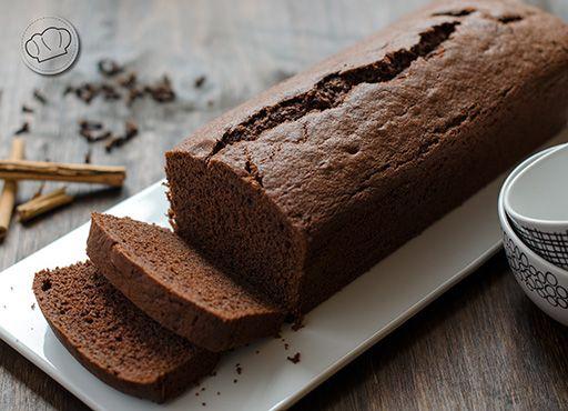 Otro bizcocho para desayunar o merendar de los que merecen la pena. Con el toque del cacao va genial para mojar en café o en leche y que quede jugoso por dentro.