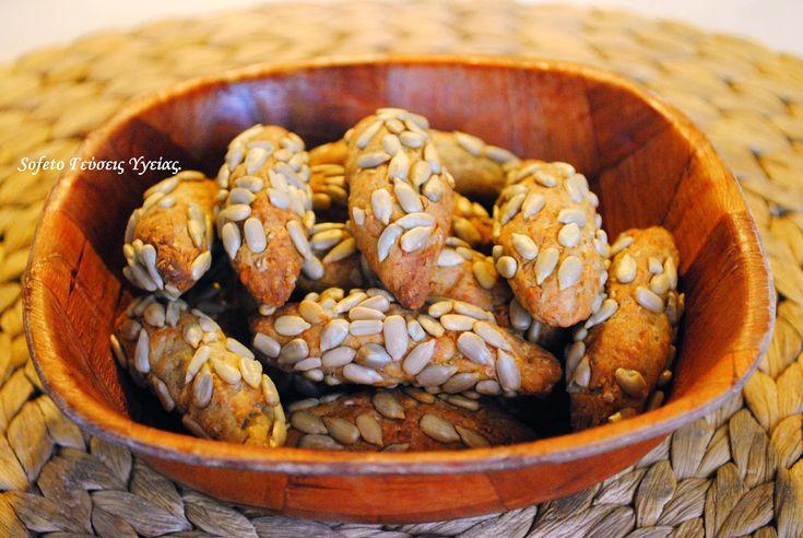 Αν θέλετε να φάτε κάτι χορταστικό και υγιεινό όταν θέλετε ένα σνακ, ιδού τα πανεύκολα κουλουράκια μου ! Μμμμ μυρίζουν υπέροχα!!! Υλικά : Μισή δόση από την Ζύμη κουρού ολικής αλέσεως , χωρίς βούτυρο . 1 φλιτζάνι του τσαγιού τριμμένη γραβιέρα με χαμηλά λιπαρά καθαρισμένους ηλιόσπορους . Μέσα στην ζύμη κουρού προσθέτουμε το τυρί και…