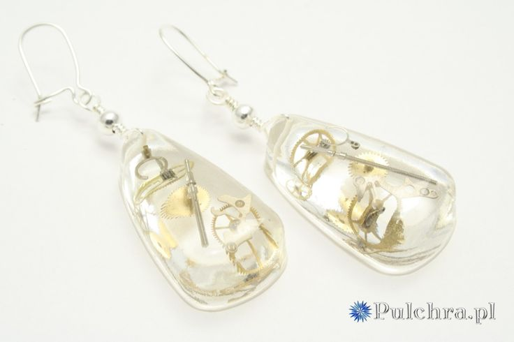 Kolczyki z żywicy w kształcie kropli w stylu steampunk z trybikami zegarowymi (srebrne bigle) / Drop sheped steampunk resin earrings #earrings #steampunk #cogs #resin #transparent #jewelry #pulchra #drop