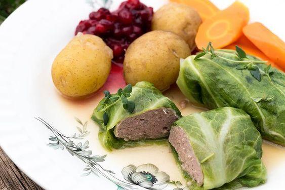Saftige kålruletter med gulrot, potet og saus er tradisjonsmat som smaker. Slik lykkes du – smarte tips. Oppskrift på kålruletter med poteter og tyttebær.