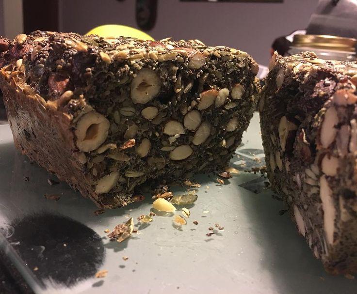 """Experimentei fazer um """"pão nórdico"""" e é um grande """"SIM"""". Amêndoas, avelãs, sementes de chia, girassol e abóbora, 5 ovos, sal e azeite. Da próxima vou """"personaliza-la""""! (ig: Rui Unas)"""