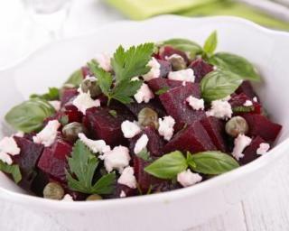 Salade de betteraves, câpres, basilic et féta : http://www.fourchette-et-bikini.fr/recettes/recettes-minceur/salade-de-betteraves-capres-basilic-et-feta.html