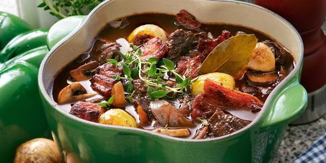 Recept på klassikern boeuf bourguignon. Torkad timjan, rött vin och skivad bacon är bara några av ingredienserna i denna mustiga nötköttsklassiker.