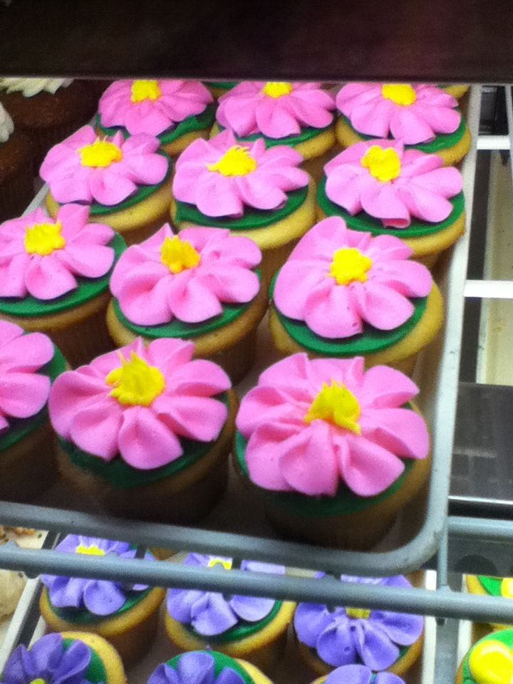 Flower cupcakes! #cakeboss The World of Cupcake ...