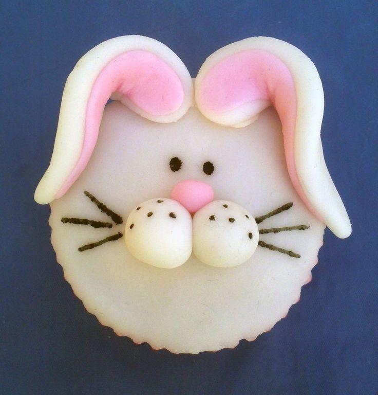 Esta manera de presentar los cupcakes es de las más novedosas que hay. El decorar con fondant los cupcakes es mucho más fácil que el hacerlo en pasteles grandes, da la posibilidad de hacer un sinfín de formas y colores para lograr detalles increíbles