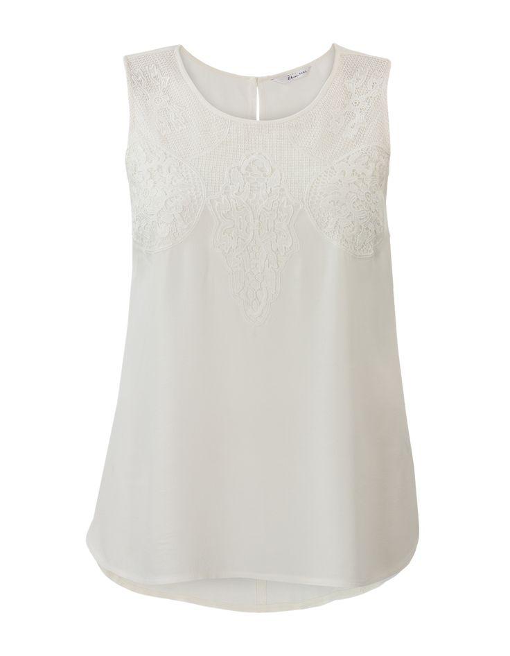 Mouwloze blouse met een ronde hals met daarlangs kant. De achterkant sluit met een knoopje en heeft een sierlijke opening. #missetam