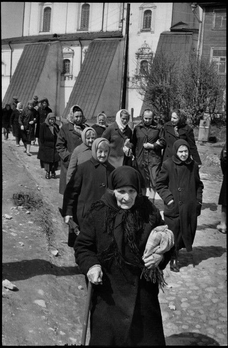 Henri Cartier-Bresson SOVIET UNION. Russia. Pskov. 1973. After mass, near the cathedral.
