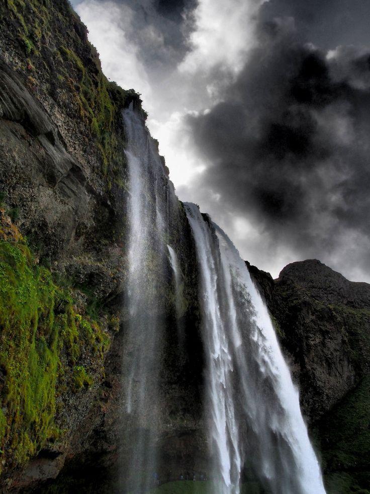 https://flic.kr/p/MgbhqN | Islanda 2016 | Iceland 2016  La cascata Seljalandsfoss,una delle più belle cascate dell'Islanda sud occidentale.  Seljalandsfoss è una splendida cascata visibile anche dalla strada principale, ed è facilmente accessibile. L'acqua salta da una scarpata rocciosa e si tuffa in un piccolo laghetto. Si può anche passare dietro il getto della cascata camminando lungo un sentiero che passa vicino la roccia.  The Seljalandsfoss waterfall, one of the most beautiful south…