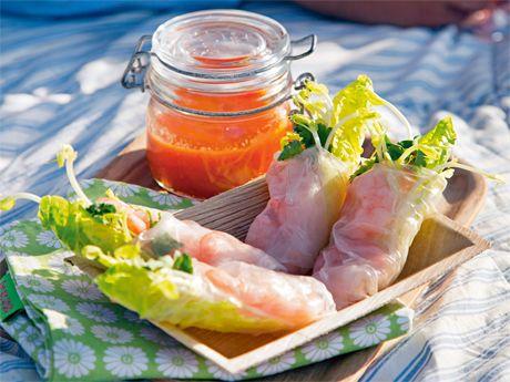 Recept på vietnamesiska vårrullar som inte friteras, ibland kalladesommarrullar. Jättegoda vårrullar med räkor i rispapper.