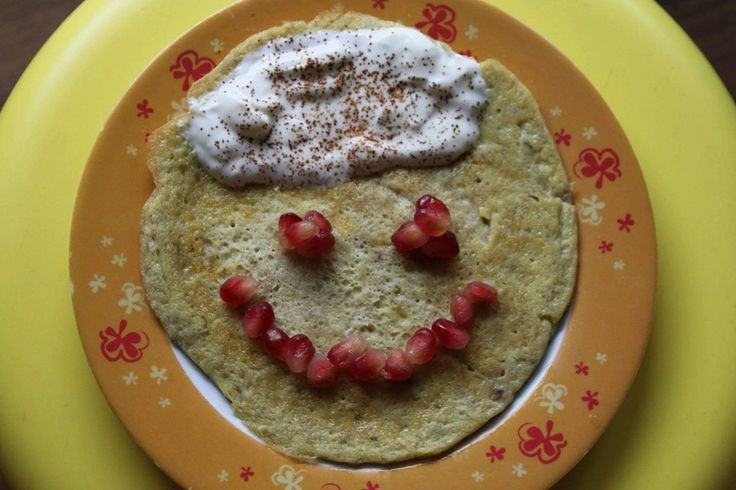 BANANOWA BUŹKA  1 banan, 1 jajko, 2 łyżeczki jogurtu naturalnego, cynamon, granat: banana rozgnieść widelcem, wbić jajko i wymieszać, smażyć na oleju kokosowym, ozdobić jogurtem posypać cynamonem i granatem wedle upodobań-pozwólcie dziecku zostać dekoratorem śniadania! :)
