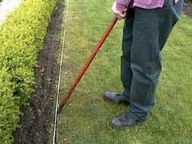 Ook al lijkt het eenvoudig: graskanten steken vraagt om wat ervaring, een goede handleiding en zeker het passende gereedschap.