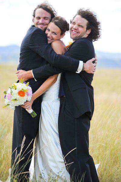 一緒に育った兄弟たちと童心に戻ってこんな写真も♡ 感動的なウェディングのアイデア。結婚式・ブライダルの参考に☆