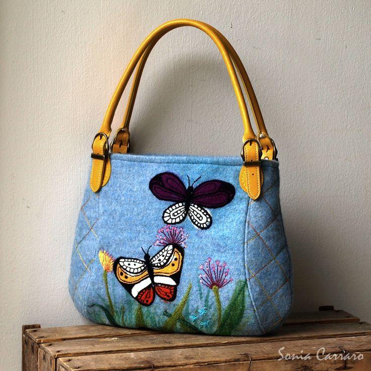 Butterfly+Kabelka+s+motivem+motýlků+a+ručním+vyšíváním+květů+a+trav.+Základním+materiálem+je+modrošedý+melírovaný+flauš+(+vlna/pes).+Siluety+trav+jsou+namalovány+barvou+na+textil.+Motýlci+a+některá+stébla+trav+jsou+zaplstěné+ze+100%+vlny.+Zbytek+detailů+je+ručně+vyšitý.+Boční+díly+na+přední+části+a+středová+díl+na+zadní+části+kabelky+je+prošit+ozdobnou+...