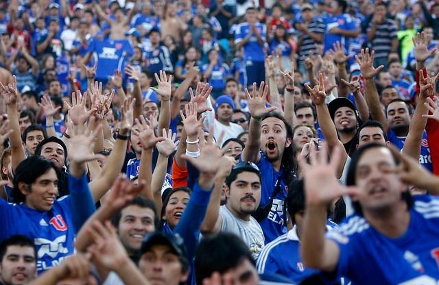29 de Abril de 2012/SANTIAGO  Hinchas de Universidad de Chile muestran sus manos para simbolizar los cinco goles con que su equipo ganó a Colo Colo, durante el partido valido por la decimocuarta fecha del Campeonato Nacional de Apertura 2012, en el Estadio Nacional  FOTO:MARIO DAVILA/AGENCIAUNO