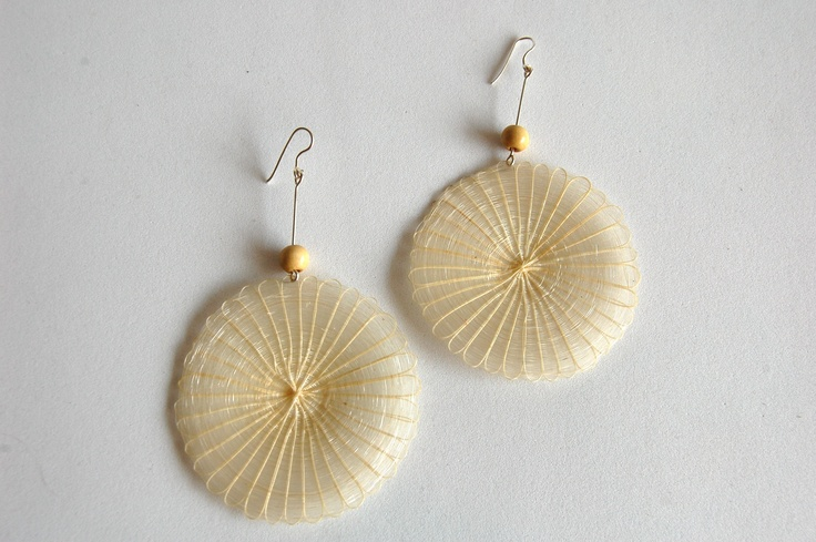 Big rounded earring in mane (horse hair) with silver and wood. Color: Natural raw.