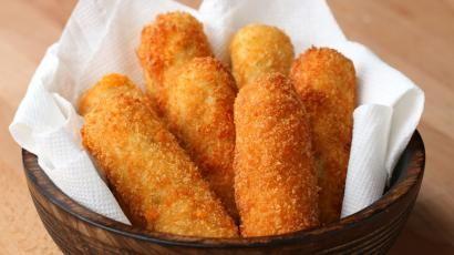 Patatesleri haşlayın ve küp küp doğrayın. Yoğurt, taze soğan, tuz ve karabiberi ilave edip iyice ezin. Kaşar peynirlerini inçe şerit halinde kesin. Pa...