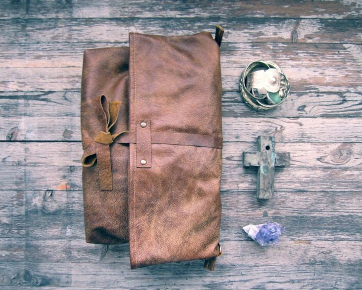 Conseils, trucs et astuces pour réaliser,faire créer et fabriquer un sac en cuir par soi même de façon artisanale, besace en cuir artisanal homme et femme.