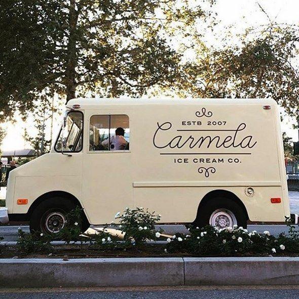 De vanillekleur van de truck met de vintage uitstraling van het logo/lettertype, heel mooi vind ik!