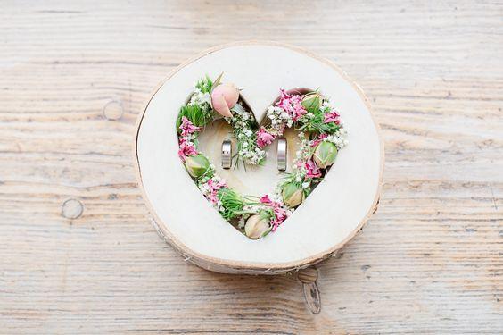 Ringschale aus Holz mit Herz und Blumen