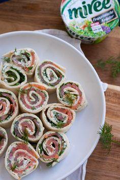 Lachs-Frischkäse-Röllchen. Für dieses 15-Minuten Rezept braucht ihr nur 5 Zutaten. Herrlich cremig, einfach und würzig - http://kochkarussell.com