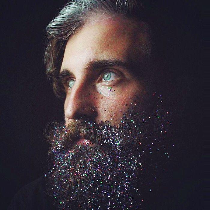 Homens Estão Cobrindo Suas Barbas Com Glitter Para O Natal