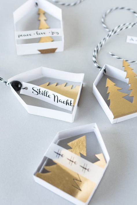 Zarte Papierhäuschen als Baumschmuck selbermachen