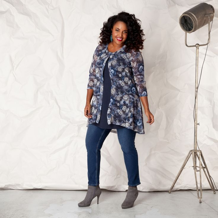 Deze blouse valt prachtig in de lengte en is door middel van een knoopsluiting zowel los als gesloten te dragen. Het achterpand is langer en loopt ron...