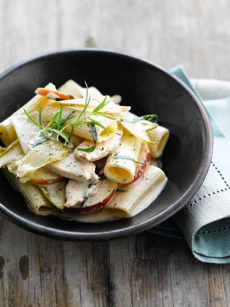 bereiden:Kook de pasta al dente in gezouten water.Snijd de kip in reepjes. Was de appel, verwijder het klokhuis en snijd in stukjes. Haal de blaadjes van het witloof.Verhit de olie in een wok en roerbak de kip en het witloof 5 minuten. Voeg de appel, de roomkaas en blaadjes dragon toe en laat de saus 3 minuten indikken.serveren:Haal de wok van het fornuis en voeg er de gekookte pasta aan toe. Serveer onmiddellijk.